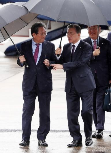 [사진]대화 나누는 문재인 대통령