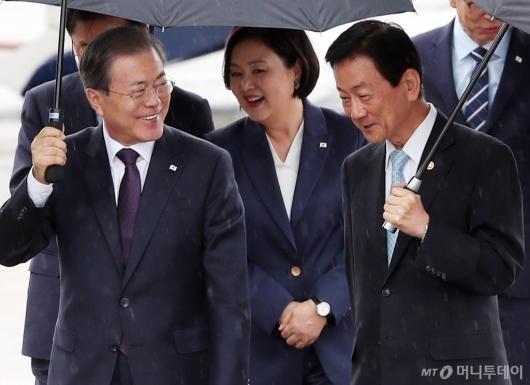 [사진]미소 보이는 문 대통령 내외