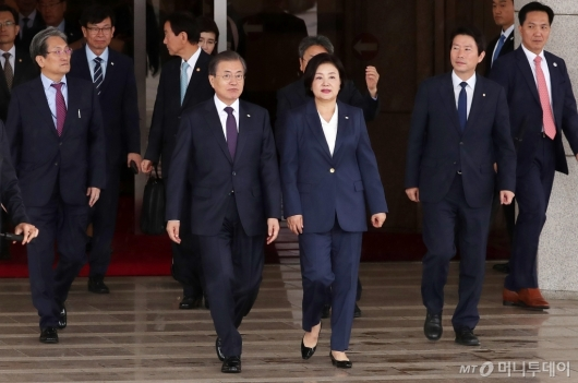 [사진]전용기 향하는 문재인 대통령