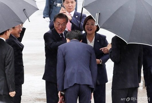 [사진]환송객과 인사하는 문 대통령