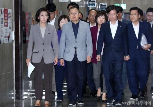 [사진]최고위 참석하는 자유한국당
