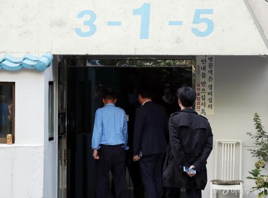 [사진]조국 장관 자택 압수수색 나선 검찰 관계자들