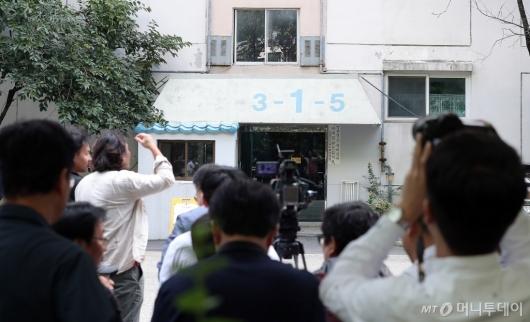 [사진]조국 장관 자택 앞 대기하는 취재진