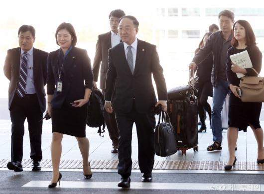 [사진]홍남기 부총리 '한-러 경제공동위' 참석 차 출국