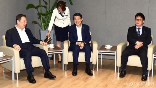 [사진]환담하는 박용만 회장-은성수 위원장-민병두 위원장