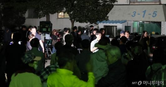 [사진]조국 장관 자택 앞 모인 취재진과 시민들