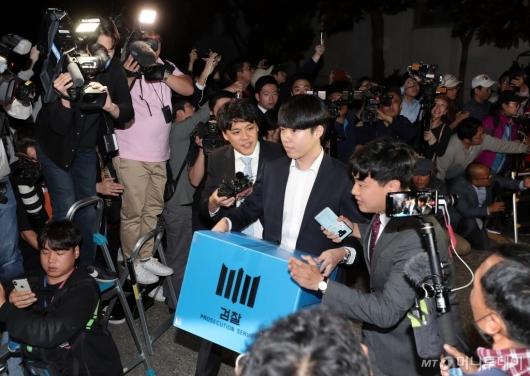 [사진]'조국 장관 자택 압수수색 종료'