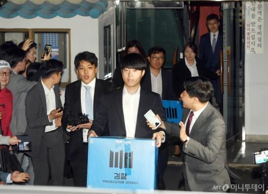 [사진]檢, 조국 장관 자택 압수수색 종료