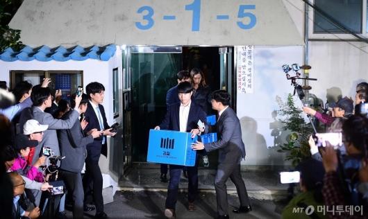 [사진]조국 장관 자택 나서는 검찰