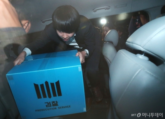 [사진]조국 장관 자택 압수품 싣는 검찰