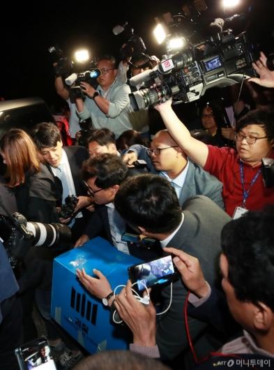 [사진]조국 장관 자택 압수품 옮기는 검찰