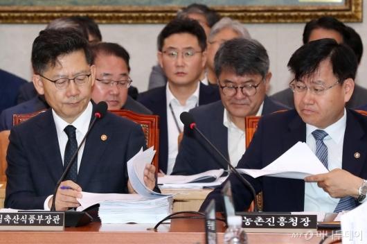 [사진]자료 살펴보는 김현수 장관