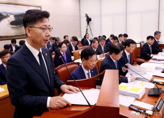 [사진]아프리카돼지열병(ASF) 방역 대책 말하는 김현수 장관