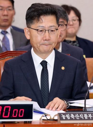 [사진]생각에 잠긴 김현수 장관