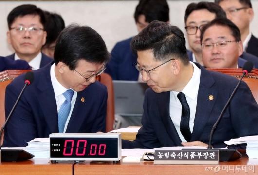 [사진]인사 나누는 김현수-문성혁 장관