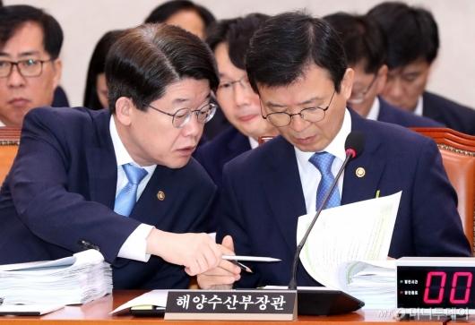 [사진]자료 살펴보는 문성혁 장관