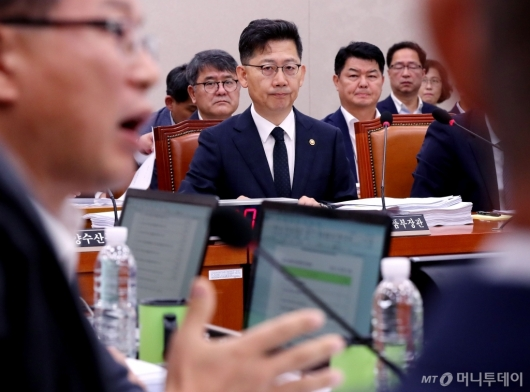 [사진]질문 경청하는 김현수 장관