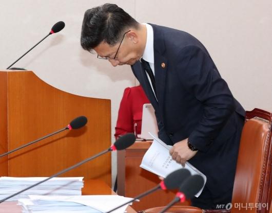 [사진]인사하는 김현수 장관