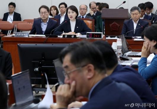 [사진]교육위 전체회의 출석한 유은혜
