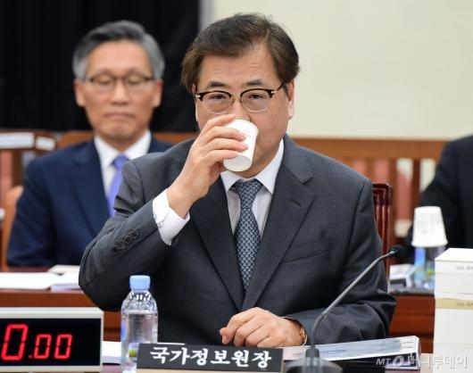 [사진]물 마시는 서훈 국정원장