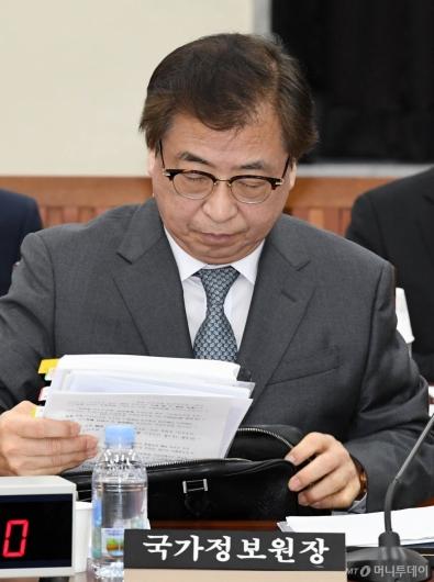 [사진]자료 꺼내는 서훈 국정원장