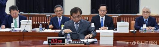 [사진]정보위 전체회의 출석한 국정원장