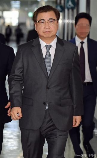 [사진]국회 정보위 출석하는 서훈 국정원장
