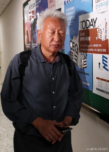 [사진]연구실 들어서는 류석춘 교수