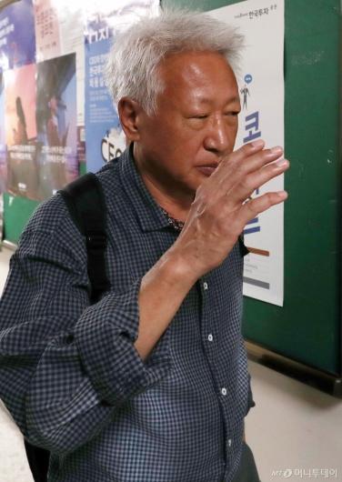 [사진]얼굴 가리는 류석춘 교수
