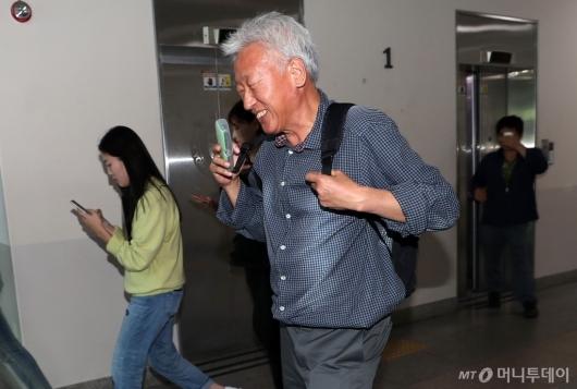[사진]웃으면서 강의실 향하는 류석춘 교수