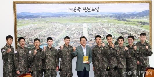 [사진]안민석 만난 뮤지컬 귀환 배우들