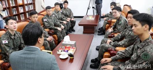 [사진]국회 방문한 '귀환' 배우들