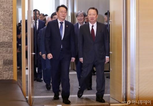 [사진]간담회장 들어서는 김현준 국세청장-박용만 회장