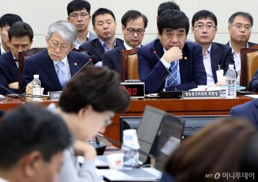 [사진]의원들 발언 경청하는 한상혁-최기영