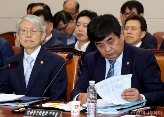 [사진]자료 살피는 한상혁 위원장