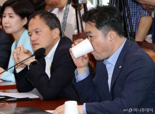 [사진]물 마시는 김종민 의원