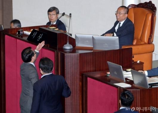 [사진]이주영 부의장에게 항의하는 이원욱