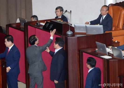 [사진]국회 부의장에게 항의하는 이원욱