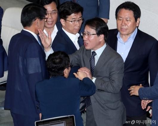 [사진]고성 오가는 국회 대정부질문