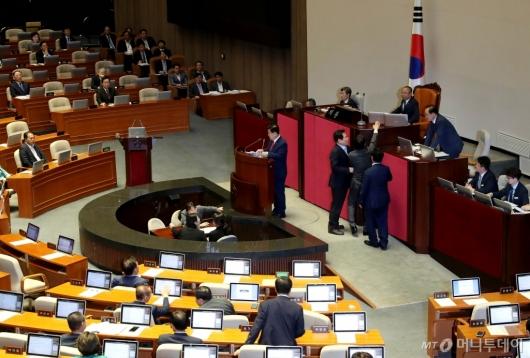 [사진]이주영 부의장에게 항의하는 민주당