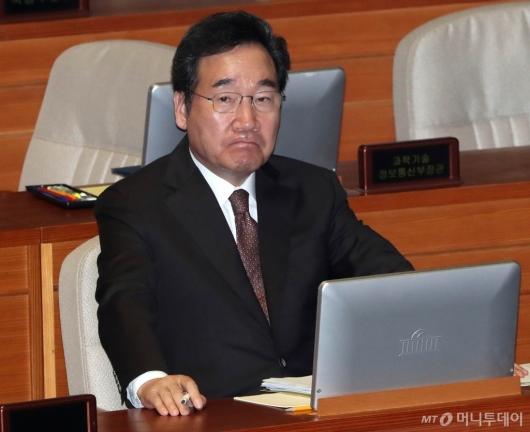 [사진]대정부 질문 출석한 이낙연 총리