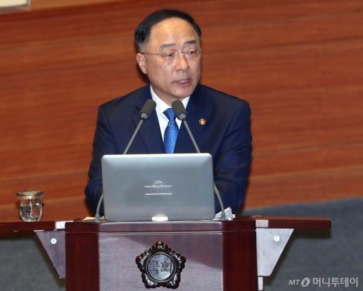 [사진]대정부 질문 답변하는 홍남기 부총리