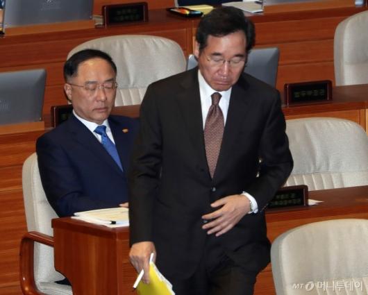 [사진]대정부 질문 출석한 총리-경제부총리