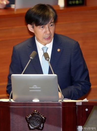[사진]대정부 질문 답변하는 조국 장관