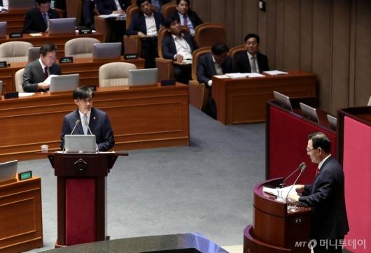 [사진]대정부 질문 출석한 조국 장관