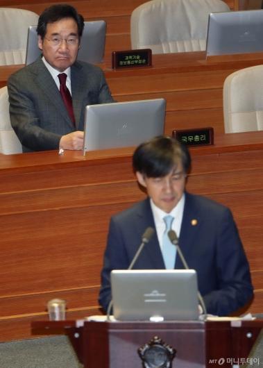 [사진]조국 발언 경청하는 이낙연 총리