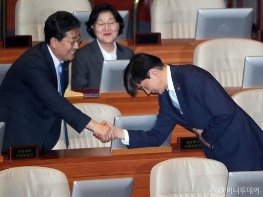 [사진]인사 나누는 조국-박양우 장관