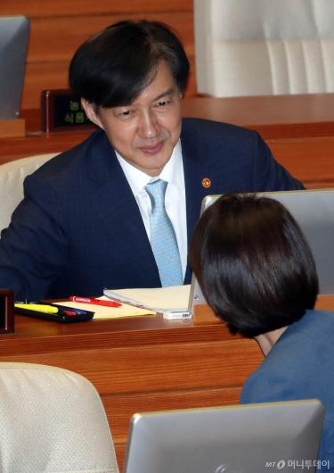 [사진]유은혜 부총리와 이야기 나누는 조국 장관