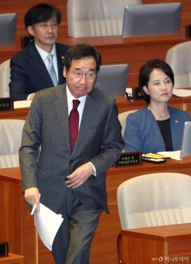 [사진]대정부 질문 출석하는 이낙연 총리