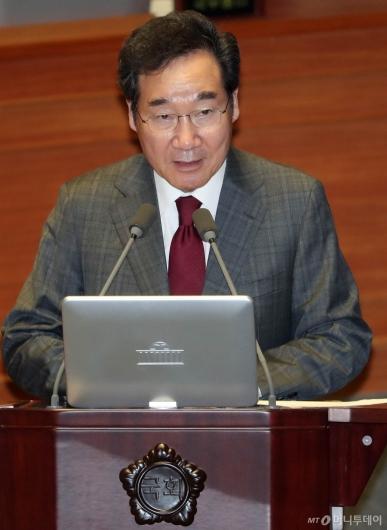 [사진]대정부 질문 답변하는 이낙연 총리